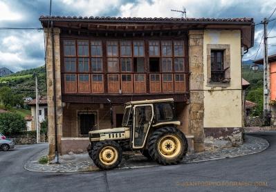 Casona y tractor
